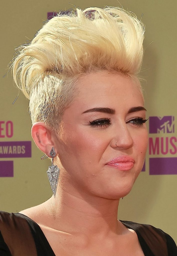 miley-cyrus2012-09-06_21-07-56vamps-it-up-for-the-vmas-853x12801